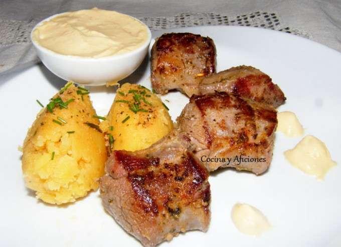Solomillos de jabalí adobados con patatas revolconas ok