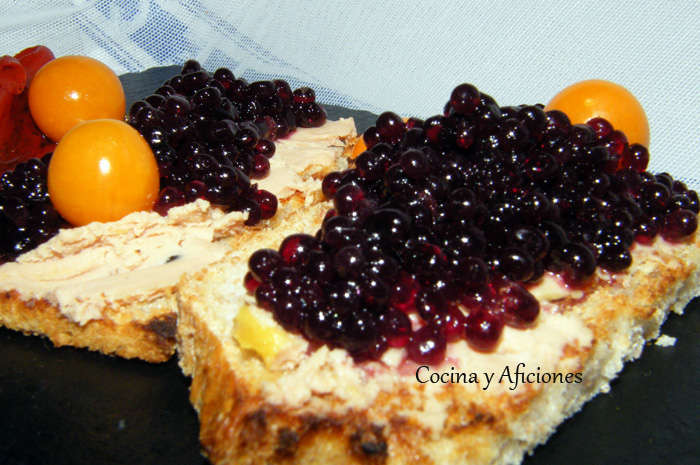 Tosta de bloc de pato con caviar de vino tinto y pimientos 1