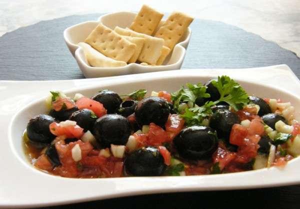 aceitunas-negras-con-pepino-y-tomate-1-600x418