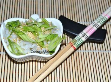 Arroz con sésamo, castañas de agua y cebolleta, receta paso a paso.