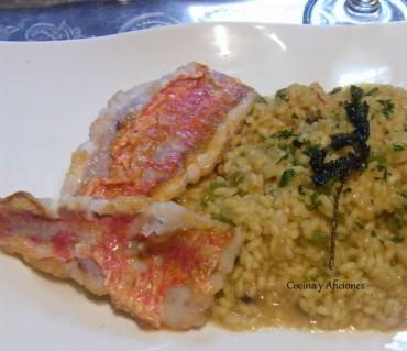 """Arroz cremoso marinero, salmonetes y ajo negro, receta paso a paso y """"armonía"""" con Jesús Flores"""