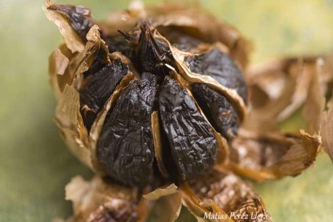 cabeza de ajo negro