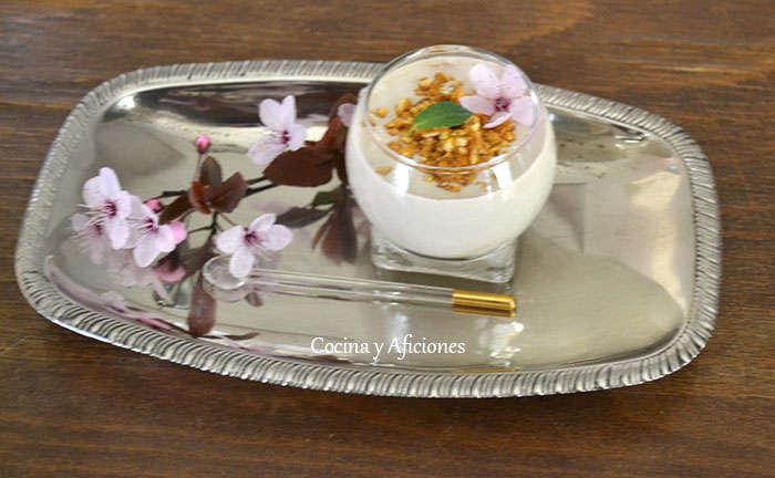 Vasitos de ajo blanco con ajo negro y coco, receta paso a paso.