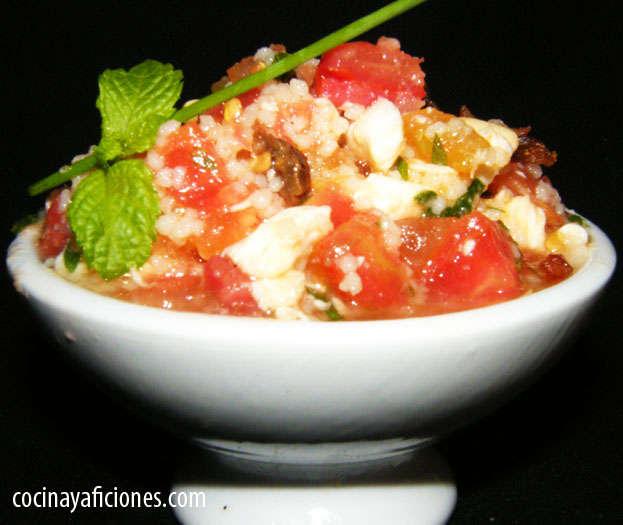 Ensalada de cuscús de hierbas, tomatitos cherrys y crema de queso, receta
