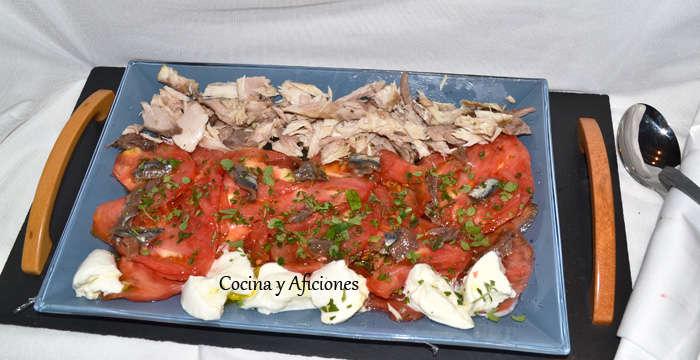 Ensalada de tomate y más cositas ricas, receta paso a paso
