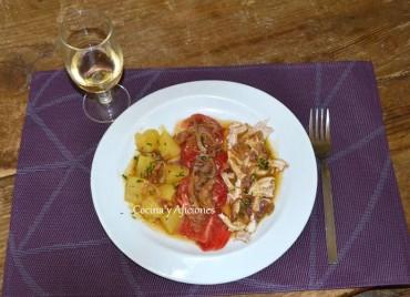 Ensalada de tomate, patatas y pollo, plato único. Receta paso a paso