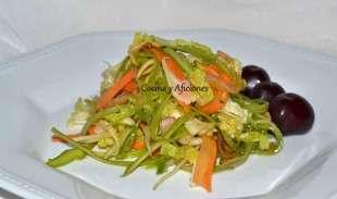 ensalada de verduras crudas emplatada individualmente