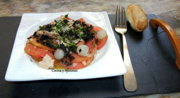 Ensalada de tomate con Vinagreta de picadillo de aceituna negra, receta paso a paso.