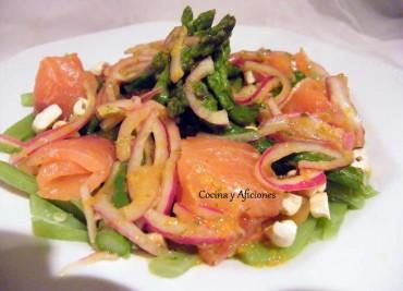 Ensalada de salmón marinado con verduras, anacardos y vinagreta tibia, receta paso a paso
