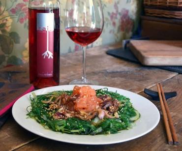 Ensalada con alga wakame, salmón y cebolla encurtida, receta paso a paso.