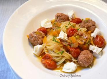 Espaguetis con salchichas frescas y verduras, receta paso a paso.