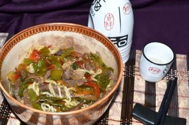 Fideos yakisoba con ternera y verduras, receta paso a paso.