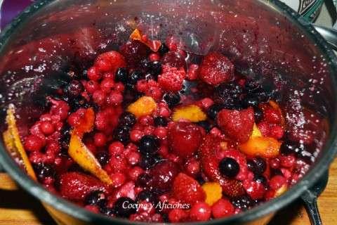 frutos rojos macerando con azucar y citricos