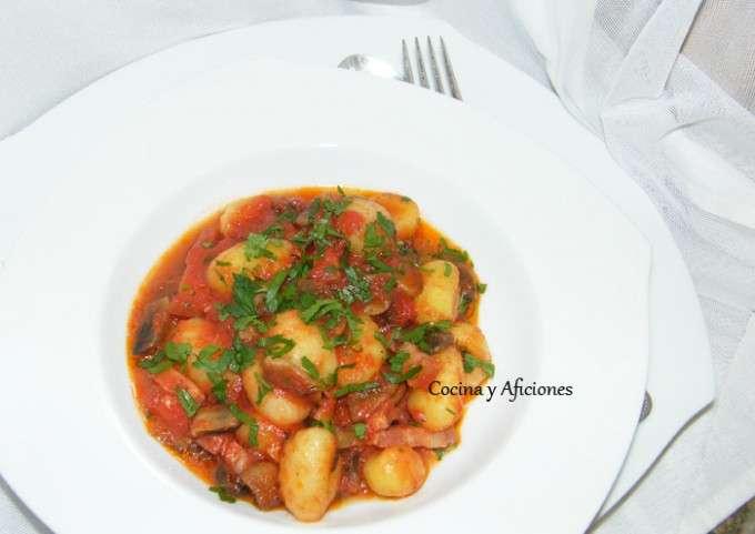 Ñoquis del 29 con tomate, champis y lardones de panceta 5