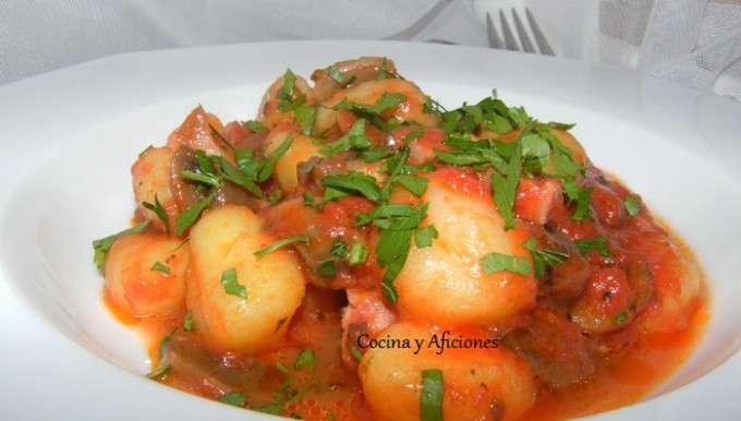 Ñoquis del 29  ok con tomate, champis y lardones de panceta
