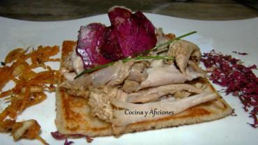 Pollito en marinada de rosas y pétalos cristalizados, receta paso a paso