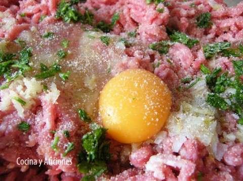 preparando la carne de las albondigas