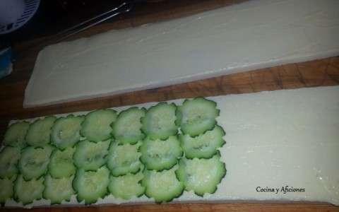 preparando los sánwiches de pepino
