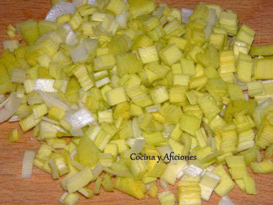 """Tecnicas de cocina: manera sencilla de cortar en """"brunoisse"""" (cuadraditos) puerros, cebolletas…."""