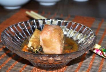 """Salmón en papillote con verduras o """"Ishikari nabe"""", receta paso a paso."""
