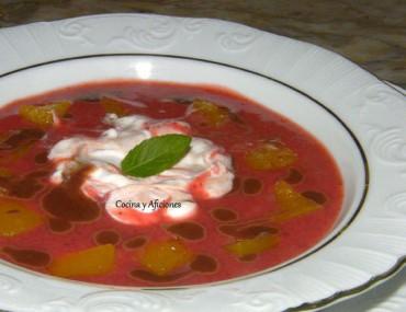 Sopa de fresas con gelatina de maracuyá  y crema de queso fresco, receta paso a paso.