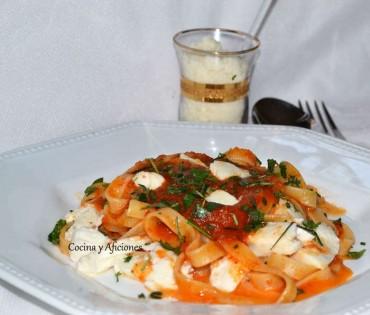 Tagliatelle con  salsa espesa de tomate y mozarella, receta paso a paso