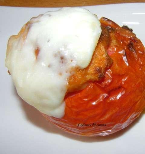 tomate relleno de farsa de pan