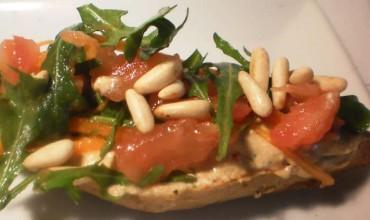 "Tosta de paté de tomates secos y ""ensalada"", receta paso a paso"